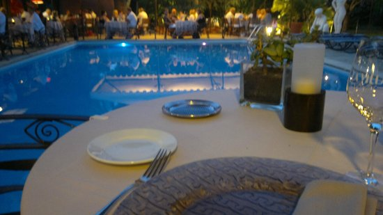 La Villa Duflot : Dining at the pool.