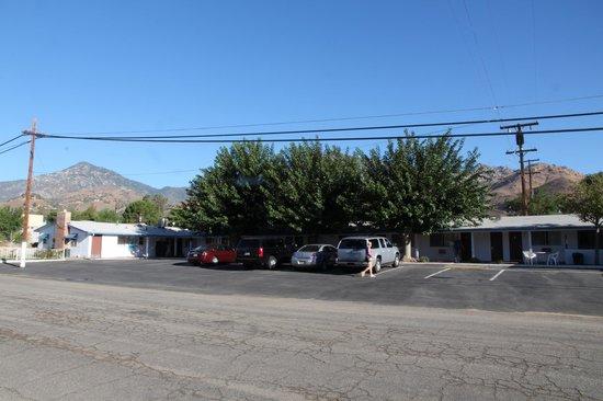 Mount-N-Lake Motel: Car park and motel