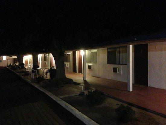 Mount-N-Lake Motel : Motel at night