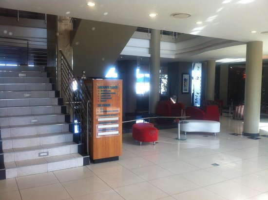 Protea Hotel by Marriott Richards Bay Waterfront : Main staircase of the hotel