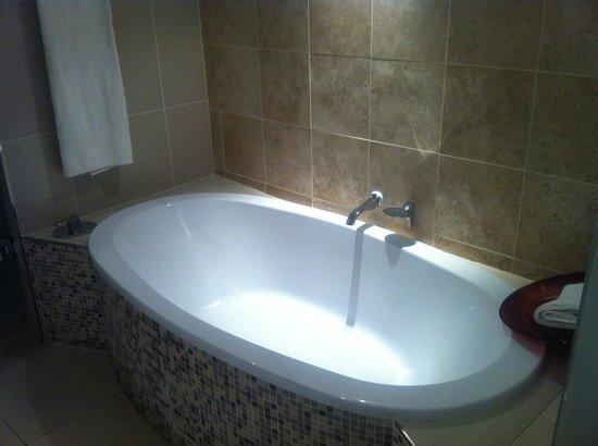 Protea Hotel Richards Bay Waterfront : Good Bathtub
