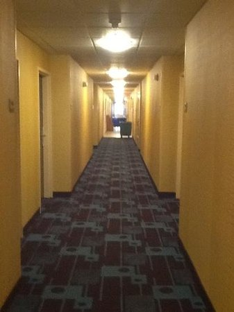 Fairfield Inn & Suites San Antonio Downtown/Market Square: clean and well lit corridor.
