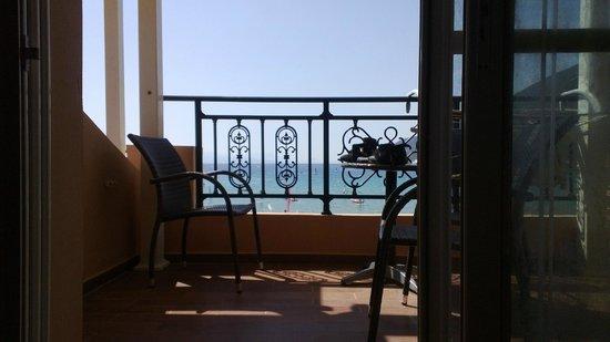 Grand Nefeli: Вид из комнаты через балкон на море