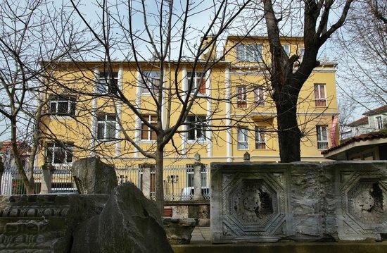 Ottoman Hotel Imperial : L'hôtel vu du jardin d'Aya Sofia.