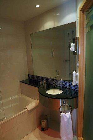Holiday Inn Express Vitoria : Bathroom