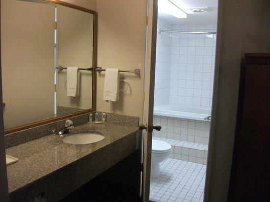 Quality Inn & Suites Redwood Coast: Bathroom