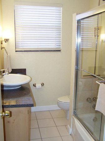 Gulf Winds Resort Condominium: unit 705 bathroom