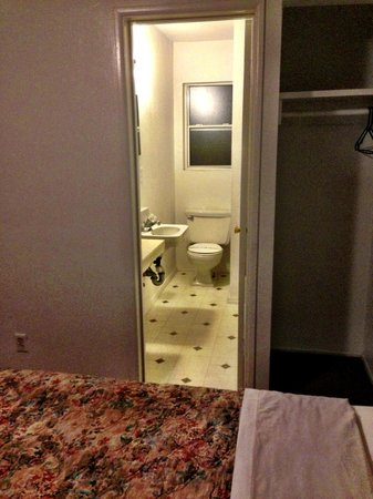 Mount-N-Lake Motel: Bathroom
