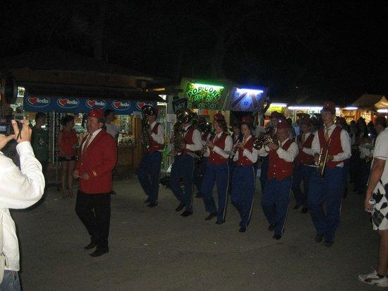 Holiday Hotel: оркестр на улице