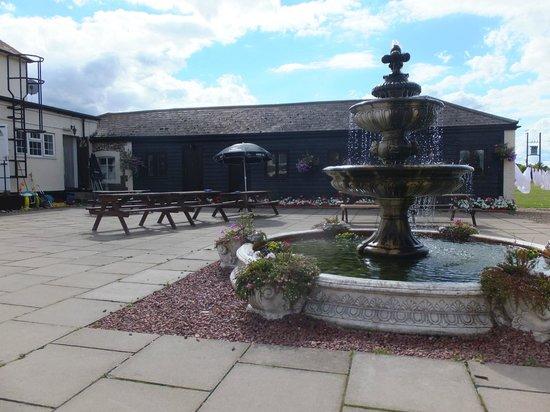 Coach House Hotel: Courtyard