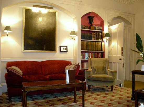 The Bath Priory: Reading lounge in the public area