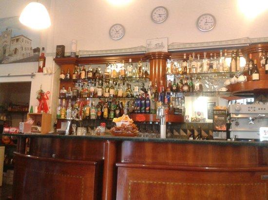 Allerona, Italie : interno del bar
