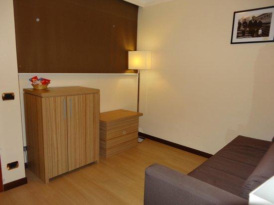 Nyala Suite Hotel San Remo : Entrée de la suite + salon + frigo