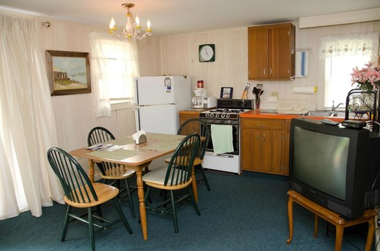 Ridgewood Motel and Cottages: Cottage kitchen