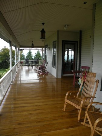 Hurst House Bed & Breakfast: Wide sweeping porch