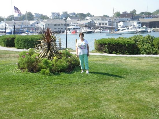 Boothbay Harbor Inn : View of landscaping from room patio