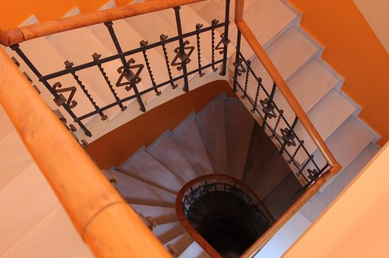 Reina Cristina Hotel: Stairwell inside a portion of the hotel
