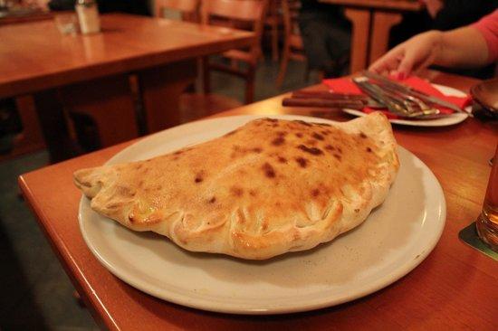 Pizzeria Kmotra: Tasty Calzone