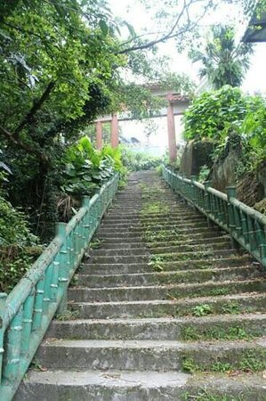 SunRoom: when u see the arch after crossing the road, walk down this flight of stairs. Do take note that