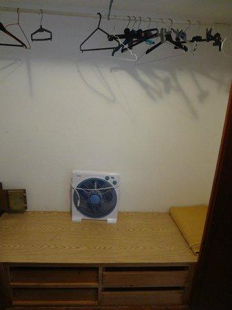 Hostal Jakiton: Шкаф с вентилятором, вешалками. Сейф платный