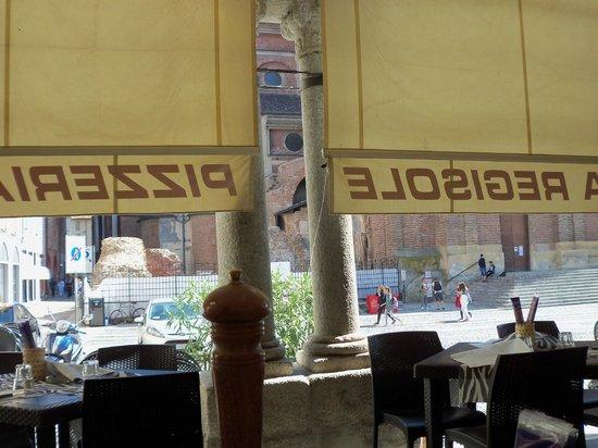 Pizzeria Regisole Hostaria : vista della piazza Duomo dal tavolo sotto il portico