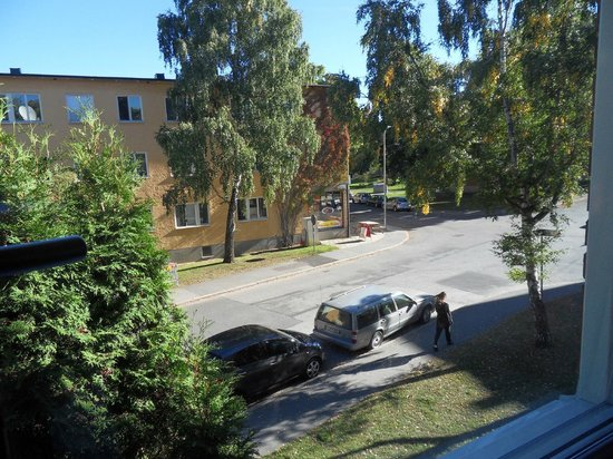 ApartHotel Attache: view from the room window to the Cedergrensvägen street