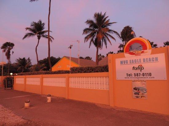 MVC Eagle Beach: Vista frontal do hotel