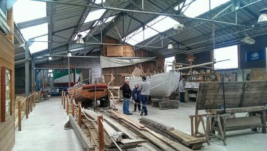 """Chantier de Construction Navale Traditionnelle: bateau à clin en cours de construction, le """"St Michel"""""""