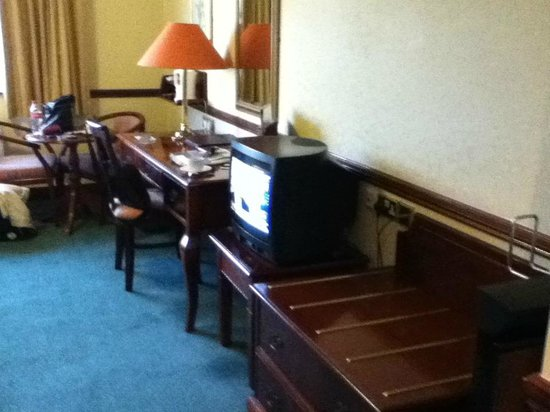 Seven Oaks Hotel: Desk & TV area