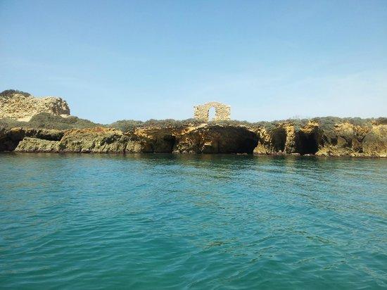 B&B Villa Gio: Grotte sotto la torre (lato opposto della baia)