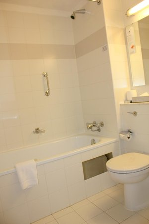 Harbour Hotel Galway: Bathroom- Clean, Large