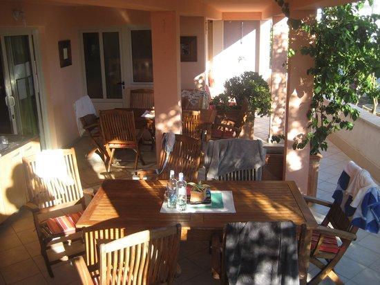Villa Skansi : Downstairs communal outdoor kitchen