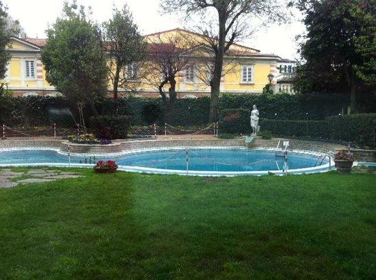 Sina Villa Medici: Бассейн в парке