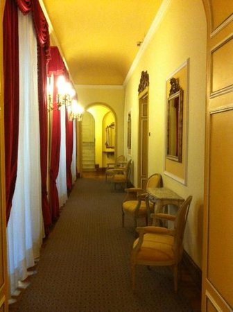 Sina Villa Medici: Коридор