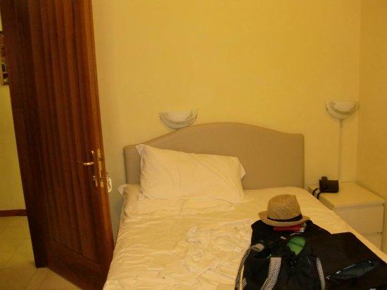 Hotel Agli Artisti: la porta di ingresso alla stanza non si apriva  in quanto sbatteva sul letto semimatrimoniale