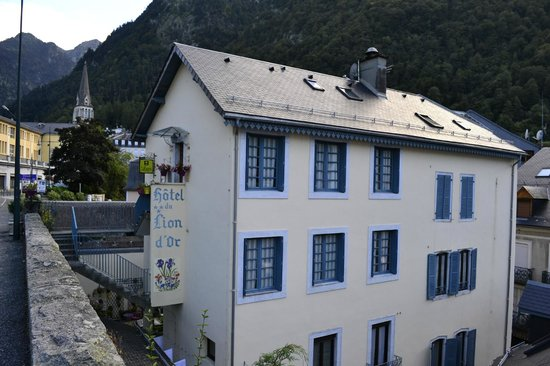 Hotel du Lion d'Or: Upper road where you can park