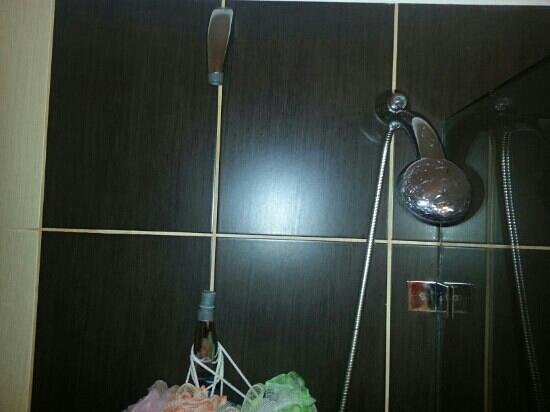 Levantes - Ios Boutique Hotel: Τα σπασμένα και κατεστραμενα αξεσουάρ της ντουζιέρας
