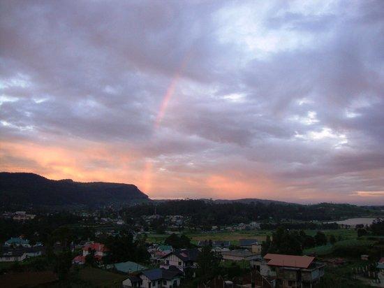 Tea Bush Hotel : Seeing rainbow from the backyard