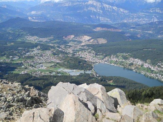 Family Hotel Belvedere: l'altopiano di Pine' e il lago Serraria dal Costalta