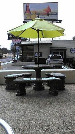 Dos Palmas Bakery and Grill: Outside seating