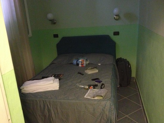 Hotel Veneto Firenze: Even smaller room.  All this for €110/night!!