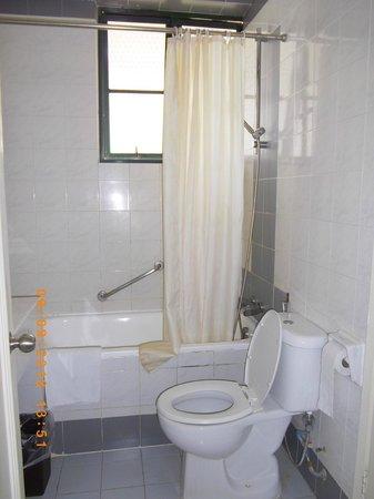 Mahkota Hotel Melaka: Main Bathroom (Connected to main bedroom)