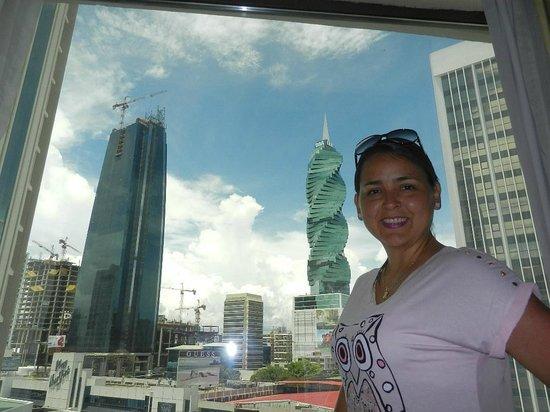 Sercotel Panama Princess: Vista de la ciudad desde nuestra habitación en el 2 piso