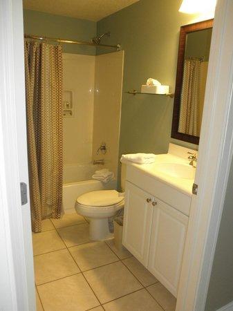 Holiday Inn Club Vacations Galveston Beach Resort: Bathroom in queen size room