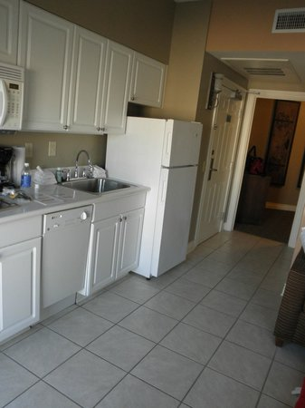 Holiday Inn Club Vacations Galveston Beach Resort: Kitchen area and entry, bathroom on right, bedroom straight on