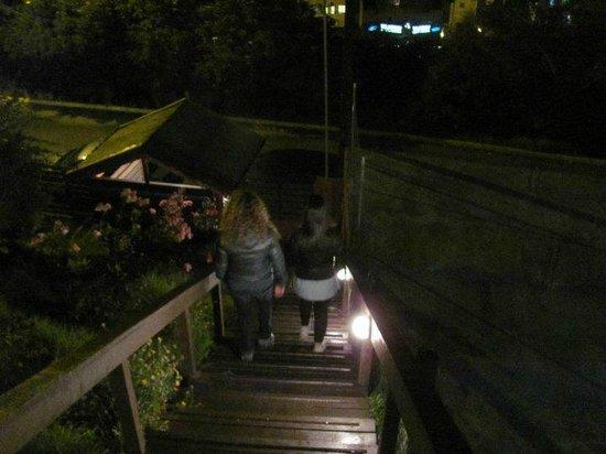 Hostel Inn Bariloche: Bajando del hostel