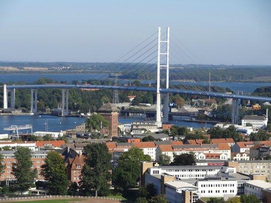 St. Marienkirche: Blick vom Turm auf die Rügenbrücke