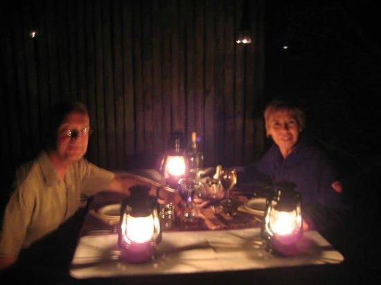 Rhino River Lodge : Dineren in de Boma met olielampjes en kampvuur