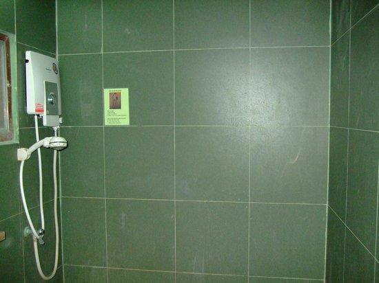 Thongtapan Resort: Die Dusche...braucht man anscheinend nicht zu putzen!?