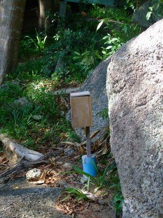 Thongtapan Resort: Hier und da ein paar Holzkisten mit Stromkabeln